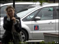 Persona frente a auto de Landsbanki