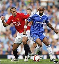 Rio Ferdinand, Manchester United, y Nicol�s Anelka, Chelsea