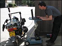 Uri Nemmer trabajando en su prototipo de moto