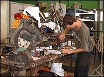 Uri Nenner trabajando en su prototipo de moto