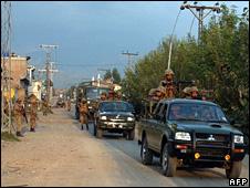 Pakistani troops on patrol near Dir district (18 September 2008)