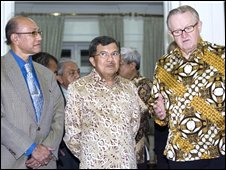 Left to right: Free Aceh Movement (GAM) leader Malik Mahmoud, Indonesian Vice President Jusuf Kalla and Martti Ahtisaari in Jakarta, Indonesia, in 2006
