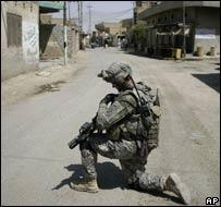 Soldado estadounidense patrullando en una calle iraquí