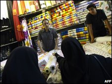 Women shop for fabric in a Tehran bazaar (08/10/2008)
