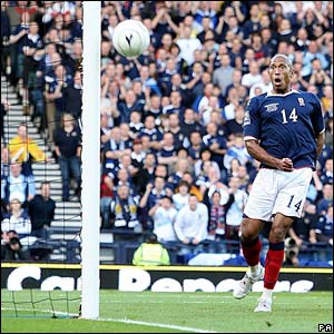 Scotland's Chris Iwelumo fires wide