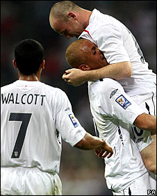 Theo Walcott, Wes Brown and Wayne Rooney celebrate
