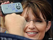 Sarah Palin passes back a camera-phone signed 'I am not Tina Fey'