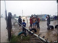 Personas en Puerto San Carlos esperando por la Marina mexicana