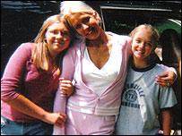 Tricia, viuda de 36 a�os con dos hijas.