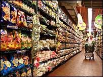 Una mujer con un carrito de compras en el supermercado