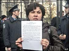 Relatives of the MV Faina's crew members outside President Viktor Yushchenko's office in Kiev