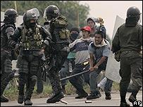 Manifestantes indígenas se enfrentan con la policía.