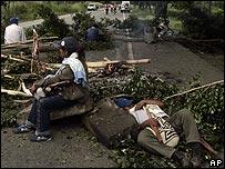 Indígenas bloqueando carretera.