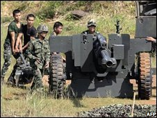 Thai soldiers set-up artillery guns on the Thai-Cambodian border on October 15, 2008