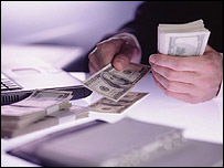 Persona cuenta dinero