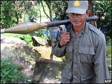 Cambodian soldiers patrol near Preah Vihear temple, 15/10/08