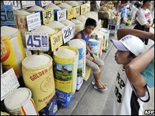 A buyer checks prices of different varieties of rice for sale at a market in Manila, Philippines (19/09/2008)