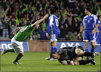 Robbie Keane scores