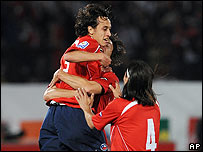 Fabi�n Orellana de Chile marca gol contra Argentina