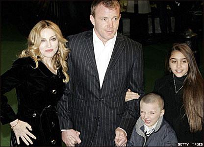 Мадонна и Гай Ричи с детьми Рокко и Лурдес
