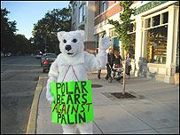 manifestante disfrazada de oso polar