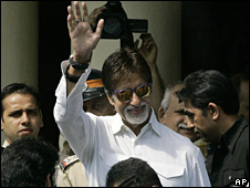 Amitabh Bachchan leaving a Mumbai hospital on 17 October 2008