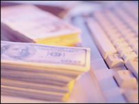 Dólares estadounidense junto a teclado de computadora