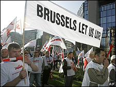Polish shipyard workers protest outside European Commission in Brussels, 16 Sep 08