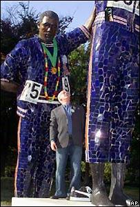 Peter Norman en el monumento haciendo su saludo