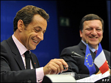 Nicolas Sarkozy (l) and Jose Manuel Barroso (15 October 2008)