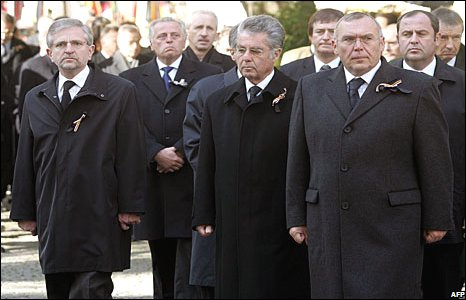 Austrian Vice-Chancellor Wilhelm Molterer (L), union leader Rudolf Hundsdorfer (2nd L), Austrian President Heinz Fischer (2nd R) and Chancellor Alfred Gusenbauer (R) attend the funeral ceremony for Joerg Haider in Klagenfurt