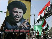 Poster con la imagen del clérigo chiíta Moqtada Sadr