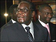 Robert Mugabe arrives for power-sharing talks in Harare (17 October 2008)