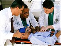 Médicos reanimando a un paciente