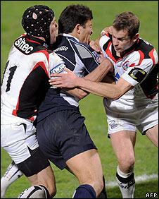 Simon Webster (L) and Chris Paterson (R) tackle Castres winger Lionel Mazars