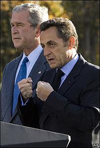 George W. Bush y Nicolas Sarkozy (der.)