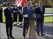 George W. Bush (centro), Nicolas Sarkozy (izq.), y Jos� Manuel Dur�o Barroso