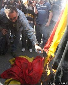 Flemish separatists burn a Belgium flag during a demonstration near Brussels, 7 October 2007.
