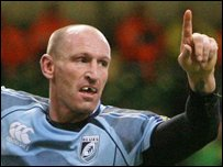 Gareth Thomas celebrates his try against Gloucester