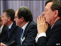 El presidente del banco central de Holanda, Nout Wellink, Michel Tilmant, de ING y el ministro de Finanzas, Wouter Bos.