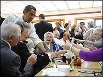 أوباما  يحاور الناخبين في مطعم بولاية كارولاينا الشمالية