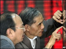 Investors check the Shanghai stock index (14 October 2008)