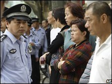 Police stand guard as people gather outside Shanghai Higher People's Court for the verdict of Yang Jia's appeal on 20/10/08
