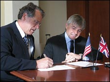 Robert Klein and UK Science Minister Lord Drayson (BBC)