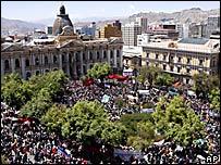 Vista aérea de plaza frente al Parlamento