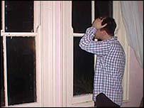 Hombre mirando a la ventana
