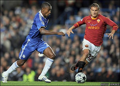 Kalou looks to get past Matteo Brighi