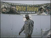 Американский солдат на фоне предвыборной агитации