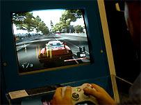 Adolescente jugando con videojuegos