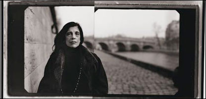 Susan Sontag, Quai des Grands Augustins, Paris, 2002. Cortes�a National Portrait Gallery.